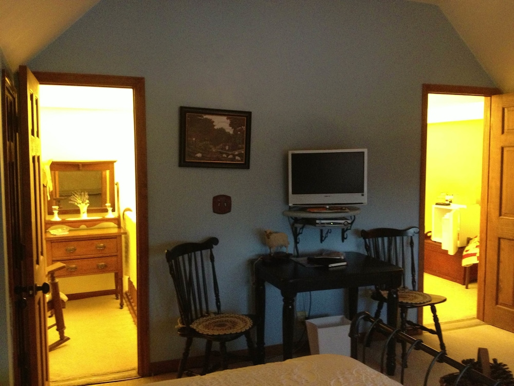 Room, Buck Creek Farm