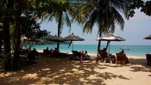 Plage privée, chaises longues, parasols, kayak