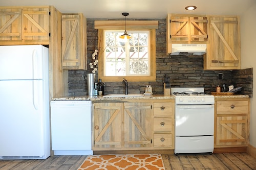 Downtown Cottage, Handcrafted Rustic Retreat!