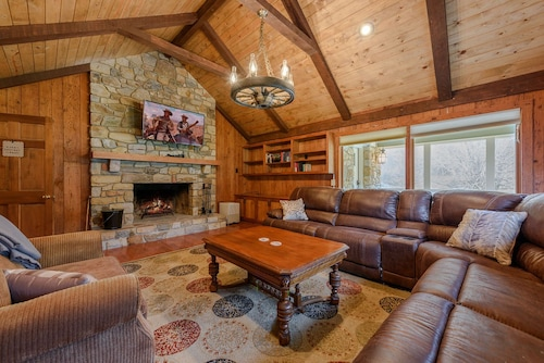 9BR Upscale Mountain Lodge, Views, Hot Tub, Fire Pit, Theatre Room, Game Room, Boone, Blowing Rock