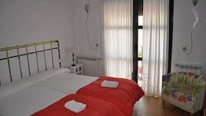 Decoración individual, cortinas opacas, tabla de planchar con plancha