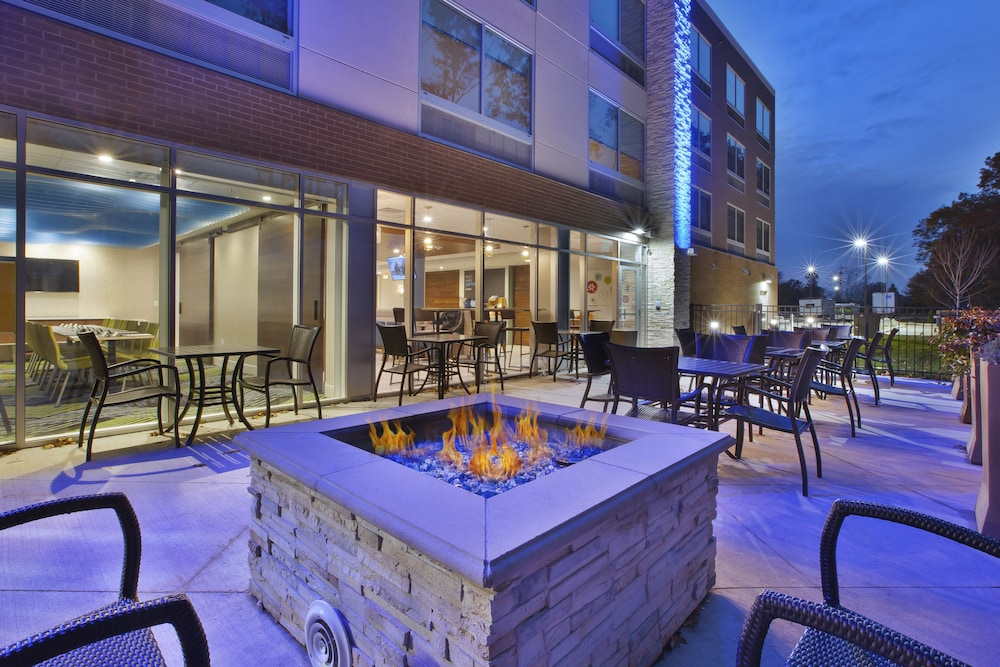 BBQ/Picnic Area, Holiday Inn Express Grand Rapids Airport North