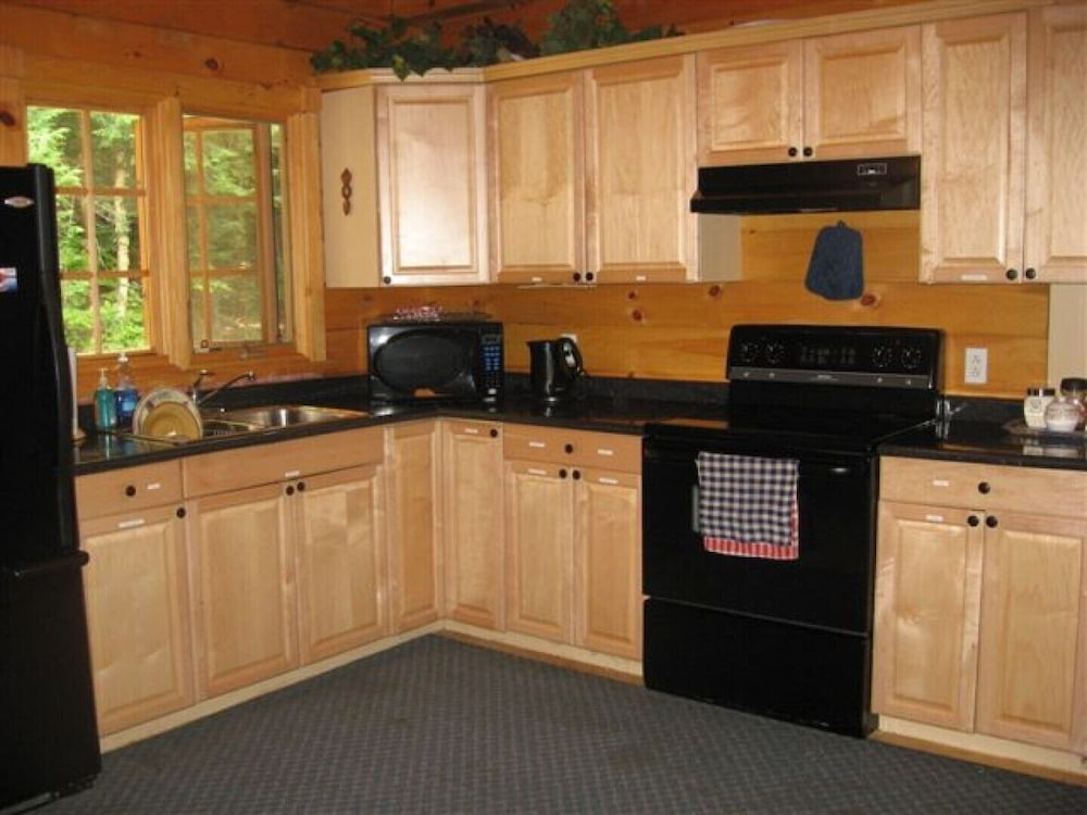 Private Kitchen, Beautiful Log Home on Quiet Private Lake
