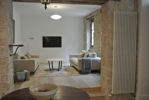 Beautiful Large House - Central Meursault - Stunning Garden - Sleeps 6 People