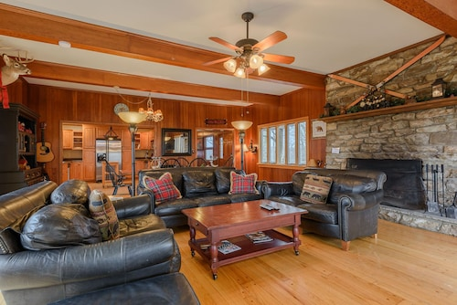 Mountain Getaway With Views, Hot Tub, Pool Table, Next to App Ski Mtn and Blue Ridge Parkway