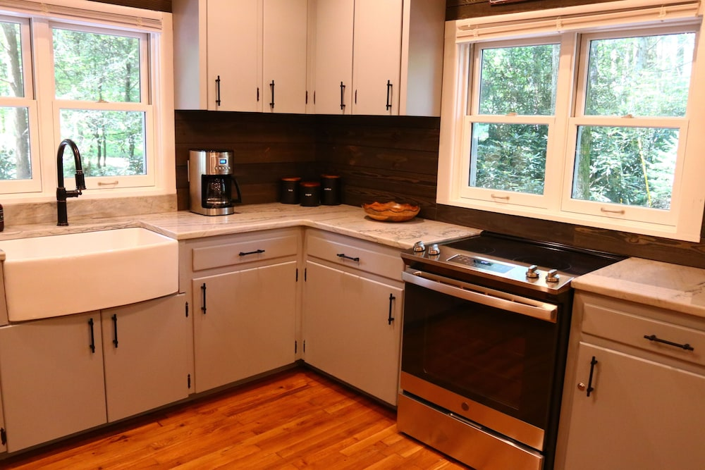 Private Kitchen, Hidden Gem, 30 ft From Creek, Hot Tub, Outdoor Fire Pit, Fireplace, Pet Friendly