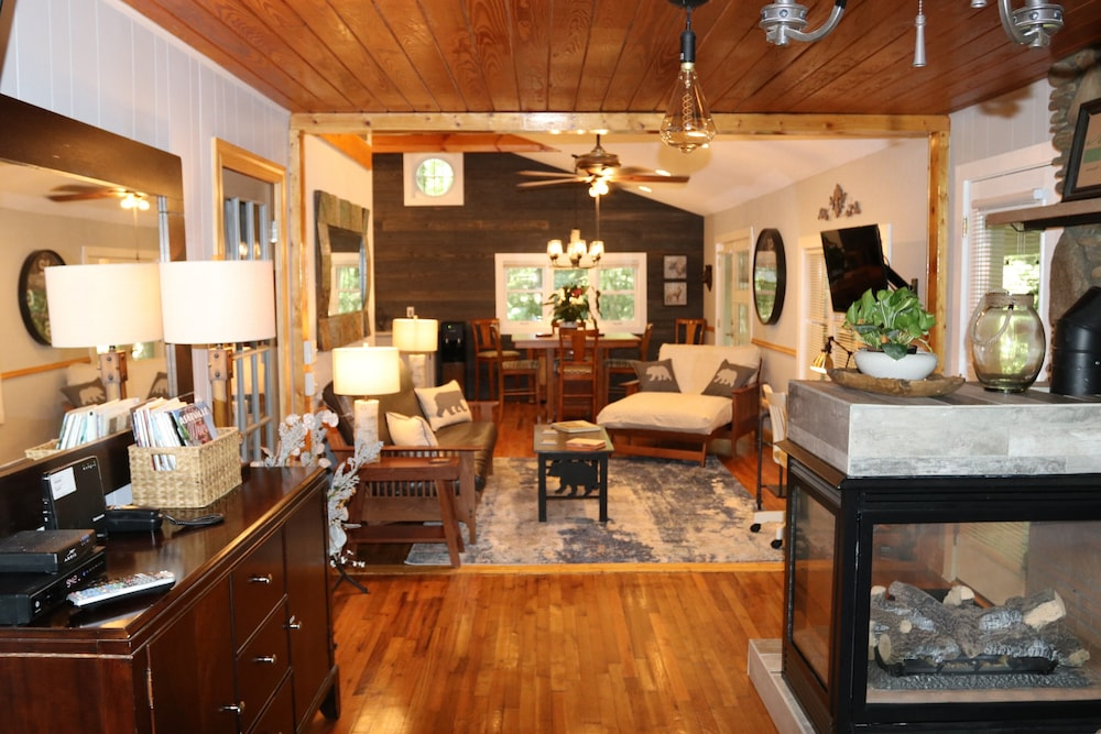 Living Room, Hidden Gem, 30 ft From Creek, Hot Tub, Outdoor Fire Pit, Fireplace, Pet Friendly