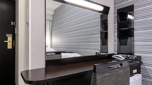 羽絨被、書桌、窗簾、免費 Wi-Fi