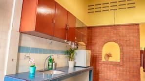 Full-sized fridge, hob, cookware/dishes/utensils