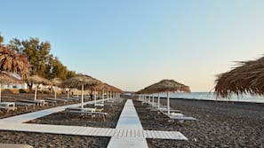 Een privéstrand, gratis strandcabana's, ligstoelen aan het strand