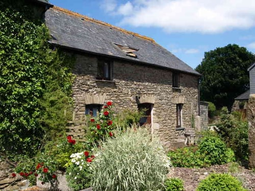 Twinkles, Charming and Spacious Family Cottage in Cornwall With Sunny Courtyard
