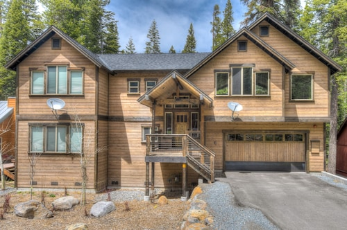 New- Family Friendly Luxury Home With HOT Tub! Minutes From Beach and Skiing!