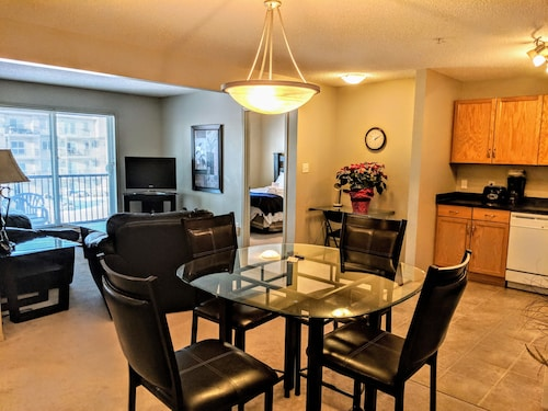 Bright Clean 2 bed 2 Bath, U/G Parking, 1 min Away From Transit hub