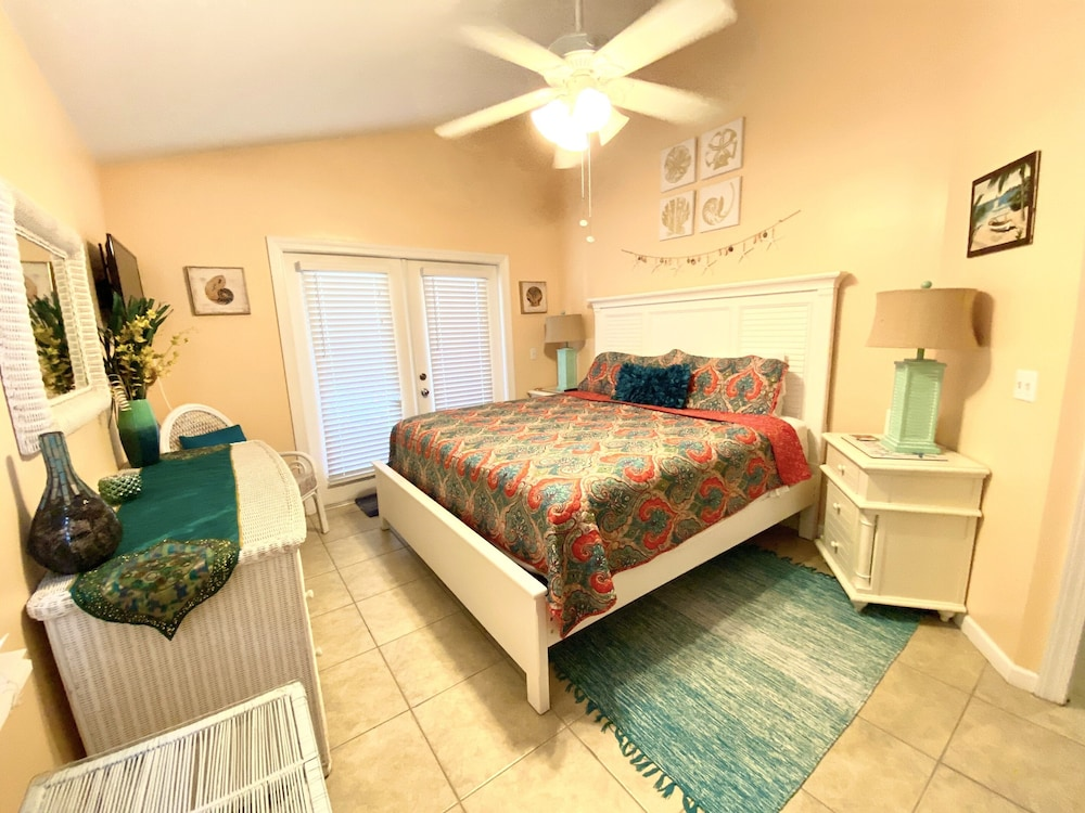 Room, Casa Capri Beautiful Tropical Style House With 3 King Suites Pool 2 mi to Beach
