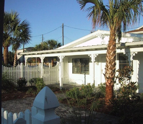 Lovely Beach Cottage w/ Private Fountain Pool