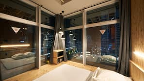 Edredones de plumas, minibar, caja fuerte y cortinas opacas