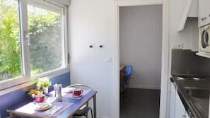 Frigorífico, microondas, placa de cocina y utensilios de cocina