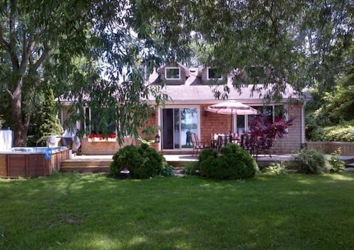 Great Place to stay Bay Of Quinte, Waterfront Cottage - Carrying Place near Carrying Place