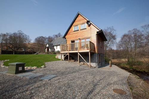 Log Cabin With Private Hot Tub and Wood Burning Stove, 1km From Loch Lomond