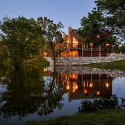 Luxury Lakefront Chalet~2 Pools~free Amenities~dock~kayaks~minigolf~waterslide