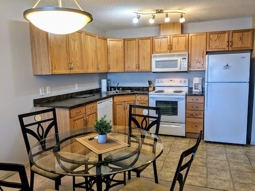 Bright 2 bed 2 Bath With U/G Parking, Public Transit 1 min Away