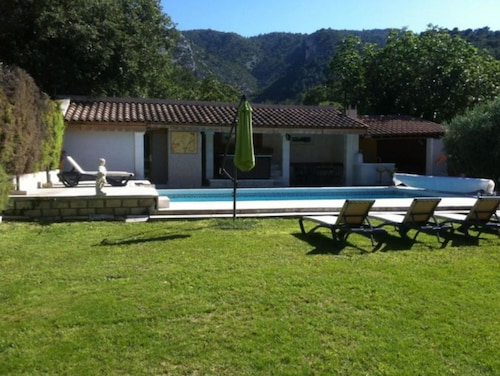 House With 3 Bedrooms in Oppède, With Wonderful Mountain View, Private Heated Pool, Jacuzzi and Furnished Garden