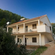 Apartment With 4 Bedrooms in Gdinj, With Wonderful sea View and Enclosed Garden - 50 m From the Beach