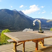 A Gorgeous Chalet With Mountain Views and a Jacuzzi 3 km From the Slopes!