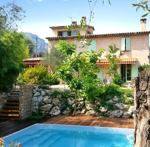 A Spacious, 4 Bedroom House in la Gaude With a Swimming Pool Minutes From Vence!