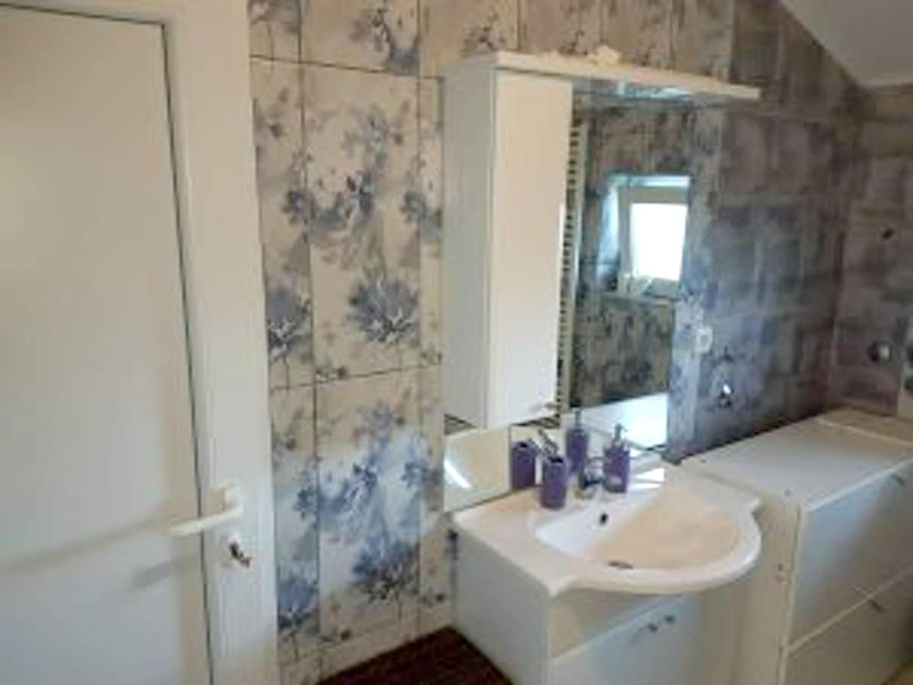 Bathroom, Apartment With one Bedroom in Belišće, With Furnished Garden and Wifi