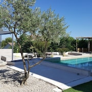 Bright Studio in Near Avignon, With Wonderful Mountain View, Pool Access and Enclosed Garden - Sleeps 4