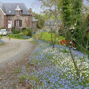 Quiet, 2-bedroom House in Dol-de-bretagne With a hot tub and Furnished Terrace 20min to St. Malo!