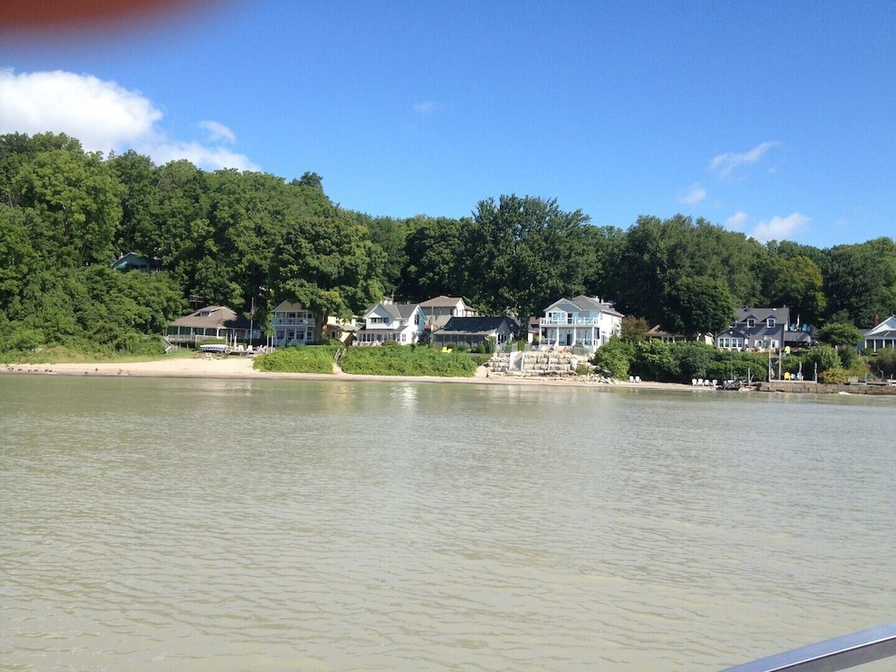 , Private Cottage Retreat Suite Overlooking Lake Erie With hot tub & Beach Access