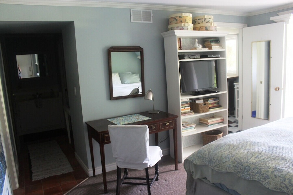 Room, Private Cottage Retreat Suite Overlooking Lake Erie With hot tub & Beach Access
