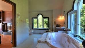 7 bedrooms, desk, travel crib, WiFi