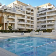 Sunny 1-bedroom Apartment in Fréjus With Large Pool - Within 300 Metres of Beach, Shops & Bars