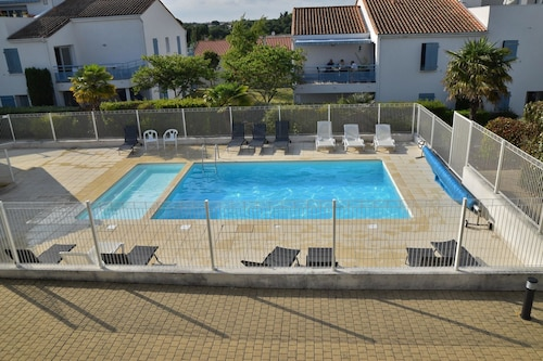House With 2 Bedrooms in Vaux-sur-mer, With Pool Access, Enclosed Garden and Wifi - 900 m From the Beach
