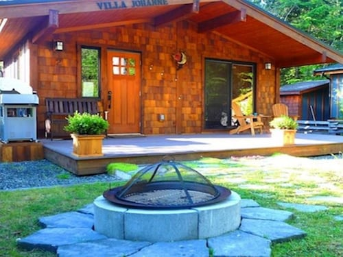 Situated in Port Renfrew, this cottage is within a 15-minute walk of Pacific Gateway Marina and Port Renfrew Dock. Port Renfrew Beach and Juan de Fuca Provincial Park are also within 2 mi (3 km).