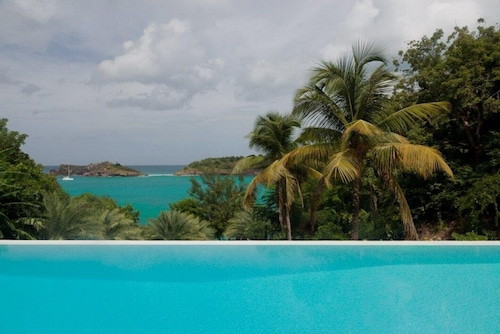 *enquire With us Directly at Exceptional Villas for Best Rates* 5 Bedroom Beach House in Galley Bay