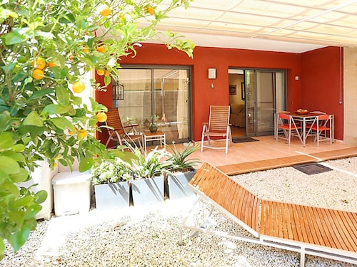 Modern, 1-bedroom Apartment in L'eucaliptus With a Shaded Terrace and air con 100m From the Beach!