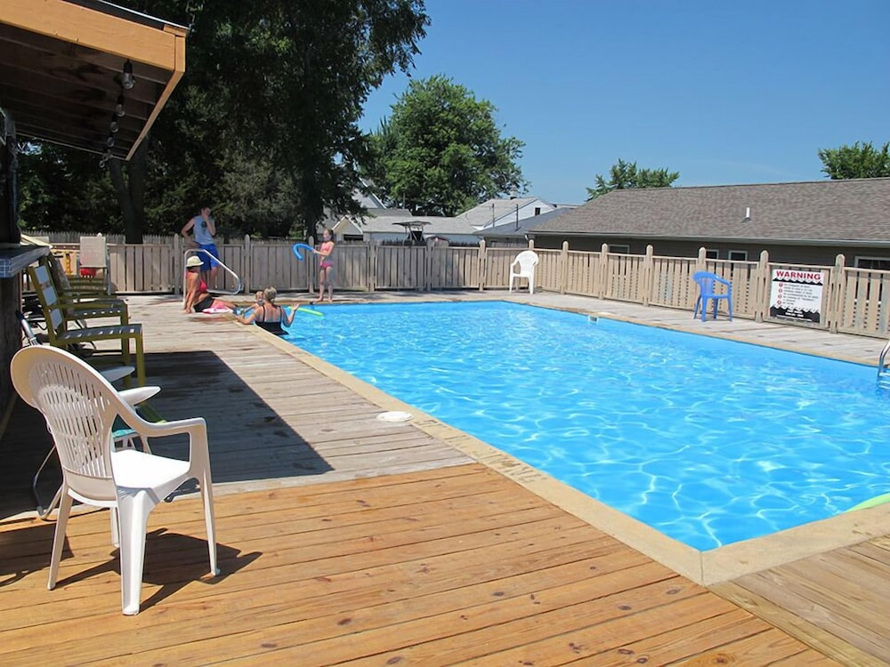 Outdoor Pool, Little Ted's Cottages