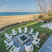 Unbeatable Lakefront w Private Beach, hot Tub, Fire Pit, Pets Allowed & Wi-fi