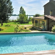 Elegant House by the Gironde and Dordogne Rivers w/ Pool, Large Garden and Wifi Sleeps 6