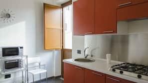 Réfrigérateur, micro-ondes, fourneau de cuisine, bouilloire électrique