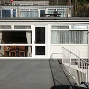 Perfect Retreat 250m From The Beach, Sea Views, Wifi, All Mod Cons