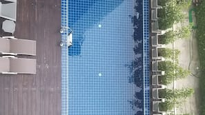 สระว่ายน้ำกลางแจ้ง