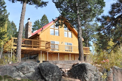 Beautiful Secluded Cabin on 2.5 Acres With hot tub and Wi-fi