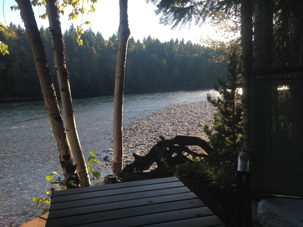 , Riverside Guest House Overlooking the Clearwater River Draining Wells Gray Park