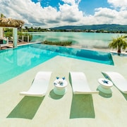 NEW Luxury Modern Beachfront Villa, Infinity Pool, Volles Personal, Chef, Butler