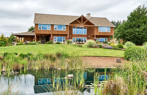 Great Place to stay Rooster's Coop: Nestled on 26 Acres in the Heart of Parrett Mountain near Newberg